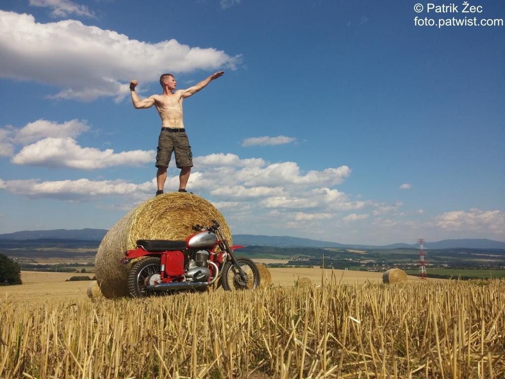 motorka-jawa-250-priroda-pole-slama-posilnovanie-21-07-2016